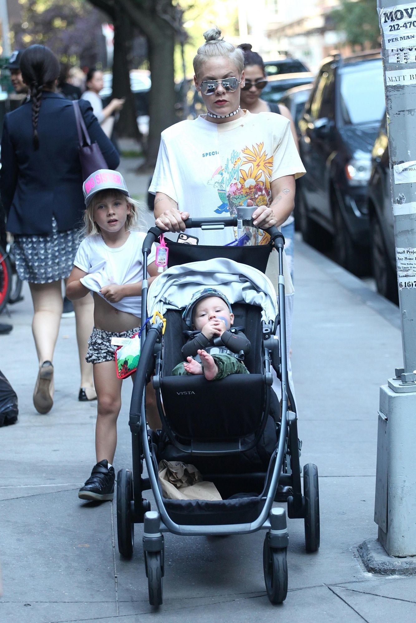 Пинк с ребенком фото
