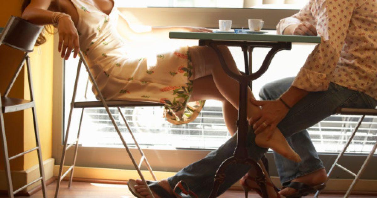 pod-stolom-eroticheskie-rasskazi