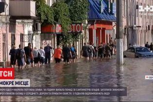 Новини України: в Одесі нічна негода затопила домівки, повалила дерева і потрощила авто