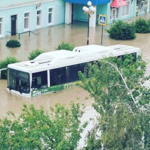 Погодный апокалипсис в Керчи: река вышла из берегов, авто затонули, люди передвигаются по городу вплавь