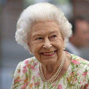 Багато жартувала і розрізала торт мечем: Королева Єлизавета II зустрілася з лідерами G7