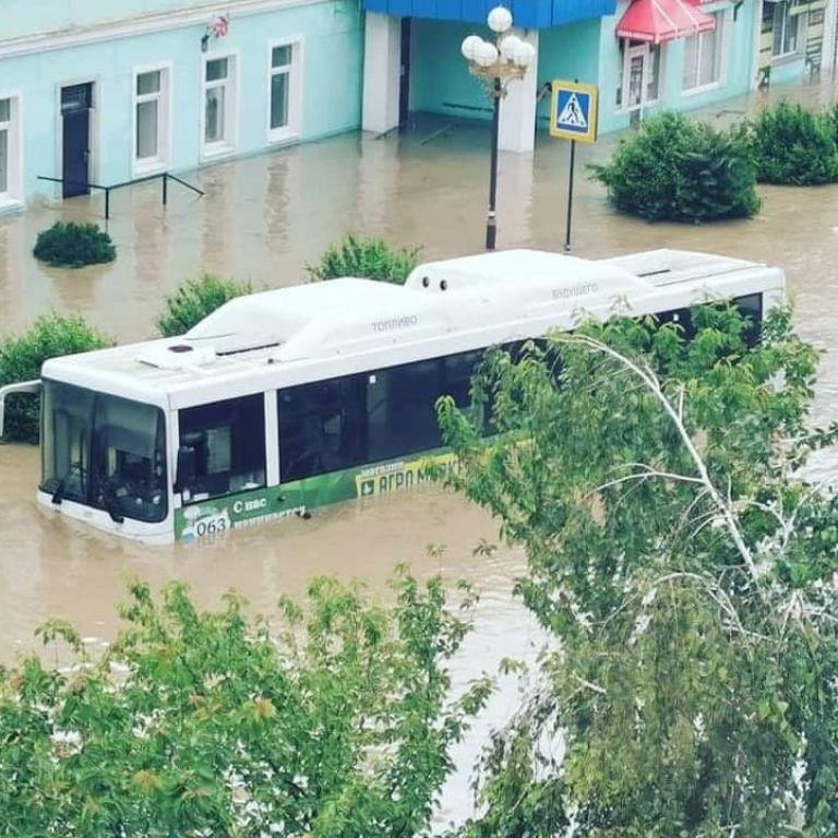 Погодний апокаліпсис у Керчі: річка вийшла з берегів, авто затонули, люди пересуваються містом вплав