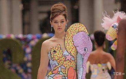 С детской бутылочкой-клатчем и в платье со слоном: Джиджи Хадид на Неделе моды в Нью-Йорке