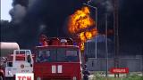 На охваченной огнем нефтебазе вторые сутки пытаются потушить пожар