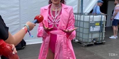 У рожеву плащі та боді з прикрасами: Анна Трінчер у яскравому образі виступила на Atlas Weekend