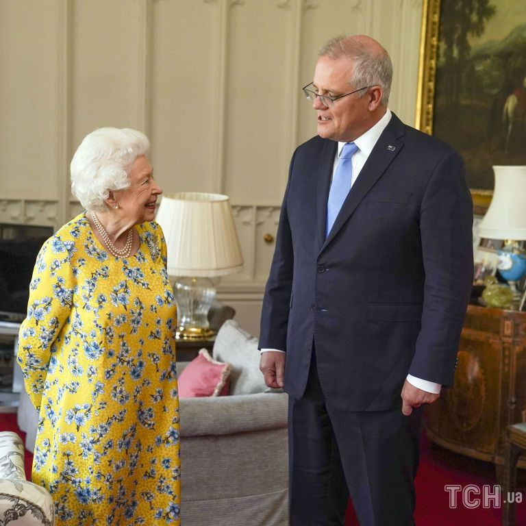 У яскраво-жовтій сукні і з красивим макіяжем: королева Єлизавета провела аудієнцію