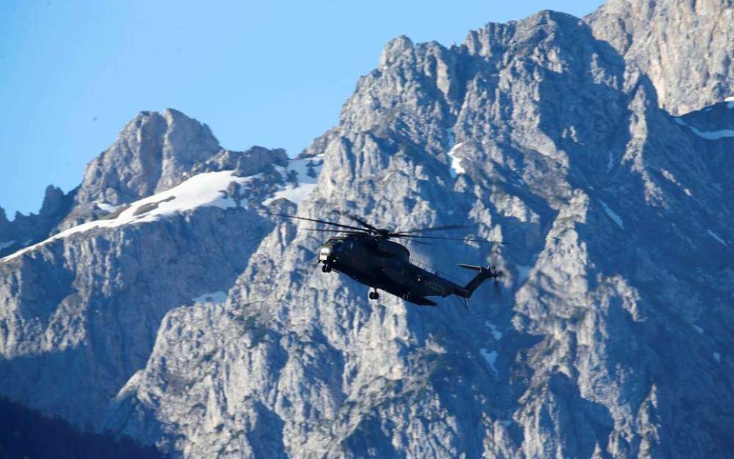 Журналистов транспортируют на саммит на вертолете / © Reuters