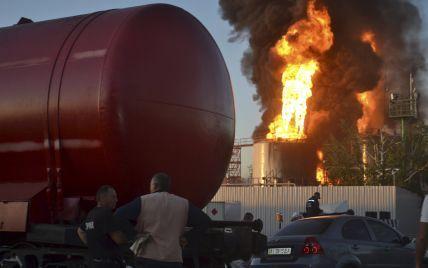 Спасатели не тушат пожар на нефтебазе под Васильковом из-за угрозы взрыва