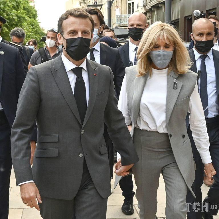 У сірому костюмі і за руку з чоловіком: Бріжит Макрон на прогулянці у Валансі