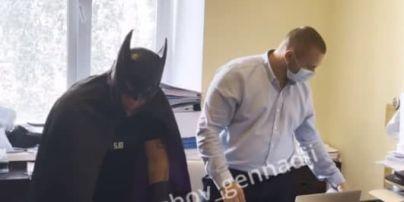 """""""Нам загрожують черв'яки з 90-х"""": екснардеп прибув на допит у костюмі Бетмена"""