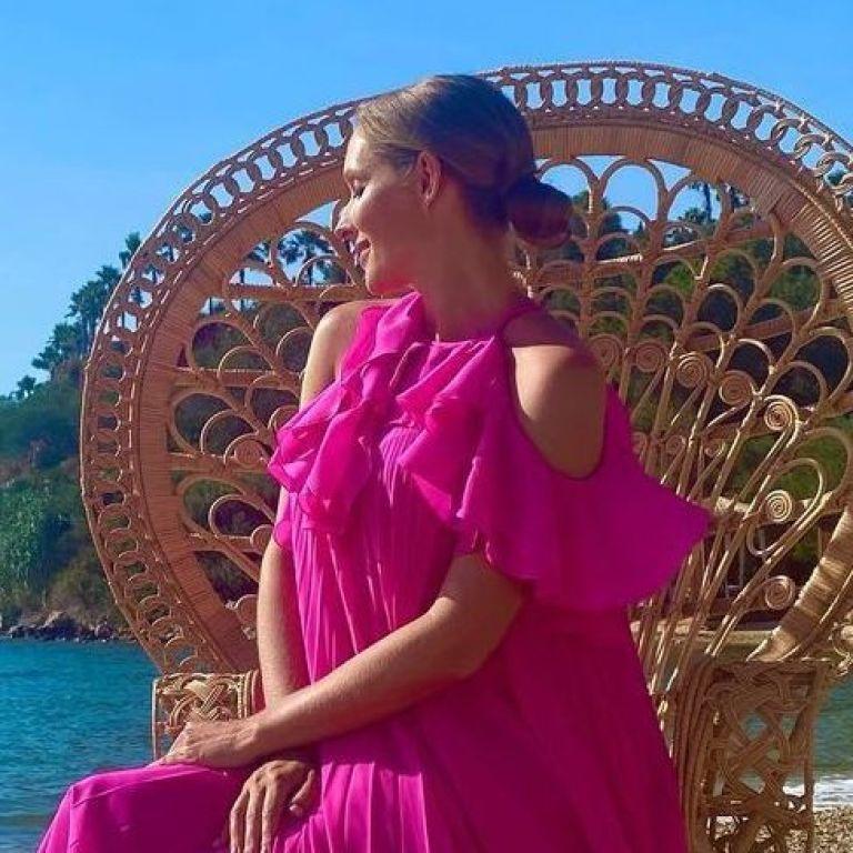 В платье цвета фуксии: беременная Катя Осадчая показала яркий образ на отдыхе в Турции