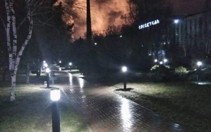 """Жителі Маріуполя повідомляють про масштабну пожежу на """"Азовсталі"""", на меткомбінаті назвали це """"технологічним процесом"""" – ЗМІ"""