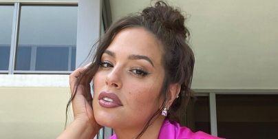 У жакеті кольору фуксії: гламурна Ешлі Грем блиснула пишним бюстом