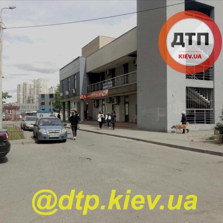 У Києві пенсіонер з ножем пограбував супермаркет і втік