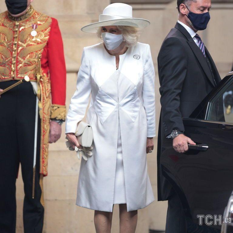В атласному пальті та улюблених туфлях: герцогиня Камілла супроводжувала королеву на відкритті парламенту