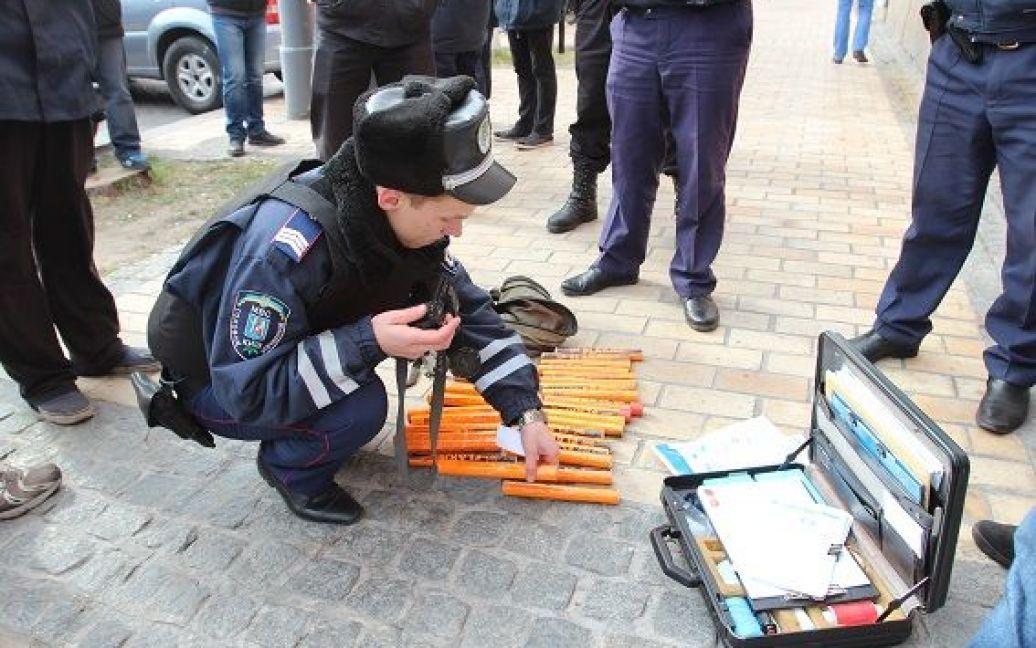 Правоохранители изъяли кастеты, ножи и пиротехнику / © Пресс-служба МВД Украины