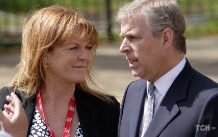 Через 24 часа после судебного иска: принц Эндрю уехал на каникулы вместе с экс-женой Сарой Йоркской