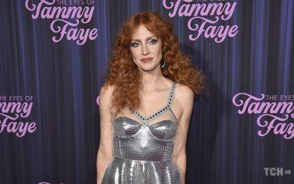 У сріблястій сукні і з вогняними кучерями: Джессіка Честейн в образі королеви танцполу прийшла на прем'єру фільму