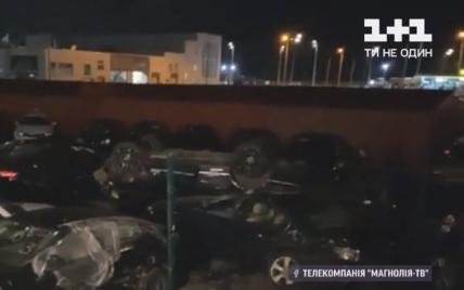 Вночі у Києві жінка на позашляховику порпалась у сумочці і розбила три авто: відео