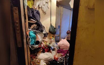 Ні пройти, ні пролізти: у Харкові жінка зробила із квартири сміттєзвалище і труїть смородом сусідів (відео)