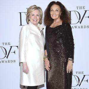 В белом пальто и брюках-дудочках: стильная Хиллари Клинтон на вручении премий Дианы фон Фюрстенберг