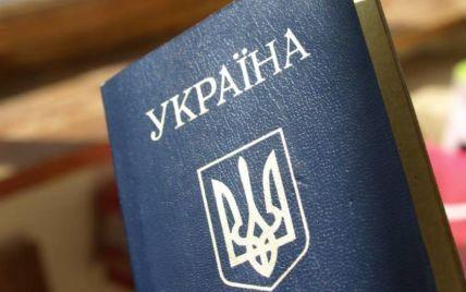 Порошенко предложил заменить в паспортах русский язык на английский