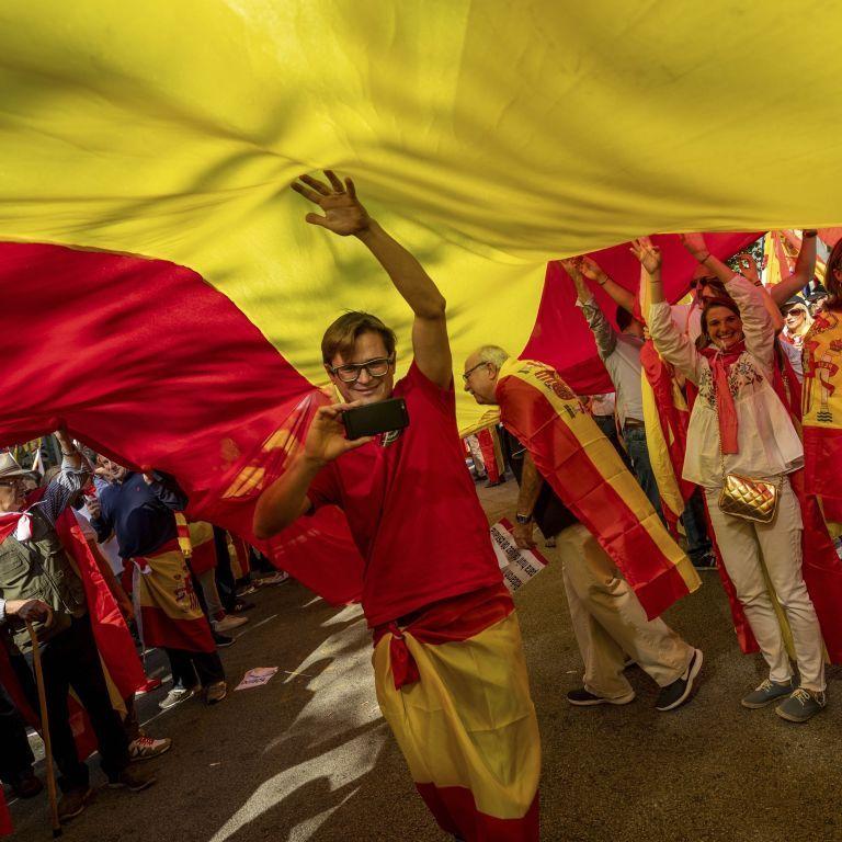 У Барселоні десятки тисяч людей вийшли на акцію проти руху за незалежність Каталонії