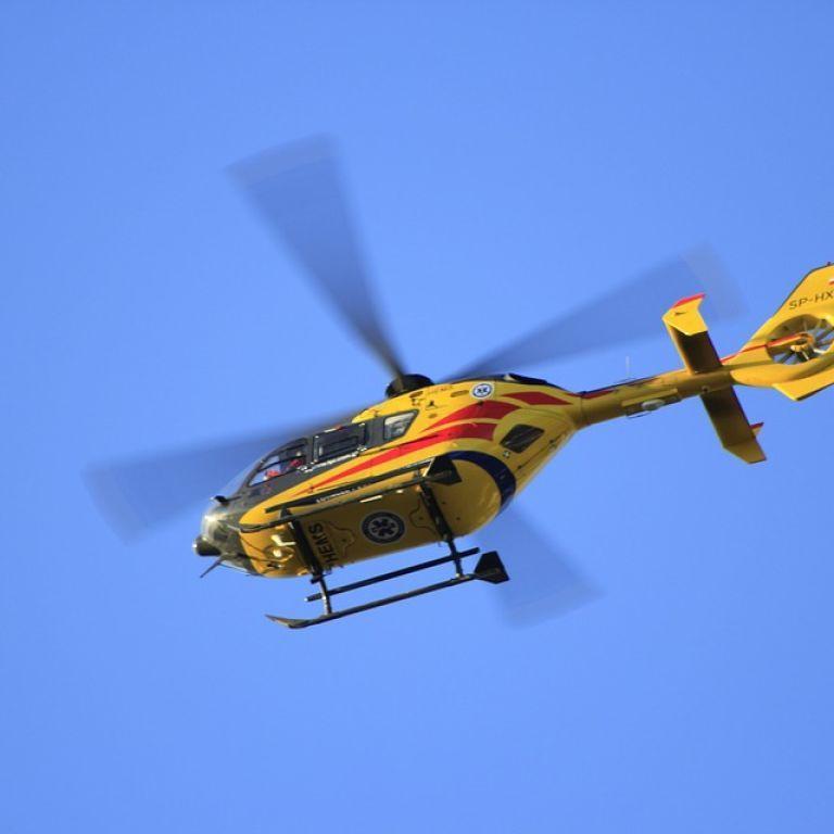 Набирал воду и взорвался: в Китае вертолет упал в озеро во время тушения пожара