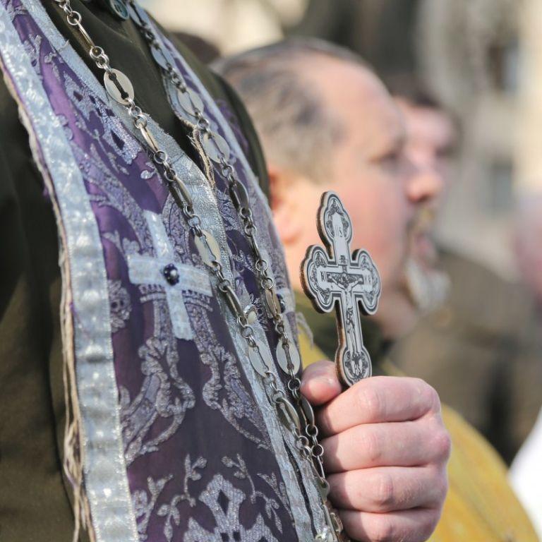 Вдарив ножем у скроню і пішов: у Запоріжжі невідомий напав на священника