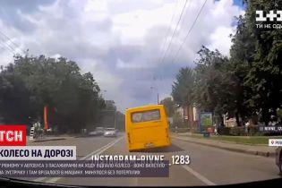 Новости Украины: в Ровно у маршрутки на ходу отпало колесо и врезалось в авто на встречке