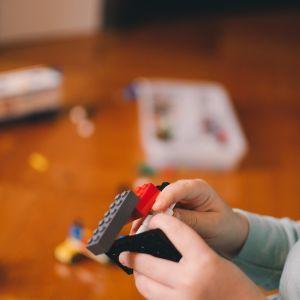 Батарейки, прикраси та магніти: що найчастіше ковтають діти і як правильно надати першу допомогу