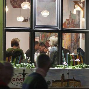 Запрацюють дискотеки, а у ресторанах буде більше людей: Польща суттєво послаблює карантин