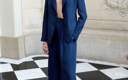 У піджаку на голе тіло: Кара Делевінь сяяла серед гостей шоу Dior в Парижі