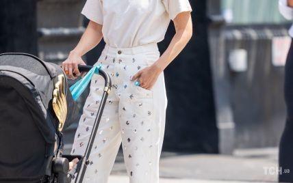 В брюках с блестками и с интересными украшениями: Джиджи Хадид на прогулке с дочерью