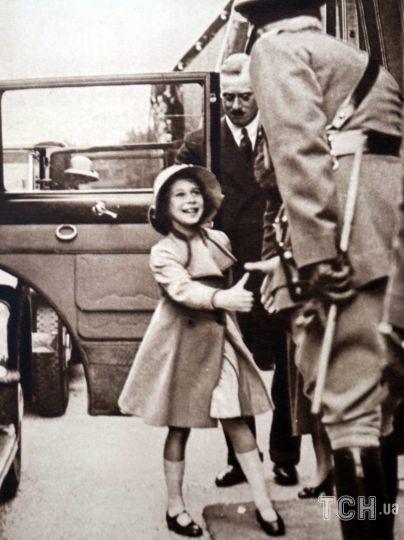 Фотография принцессы Елизаветы, которую приветствует чиновник, Виндзор. Датируется 20 веком. / © Getty Images