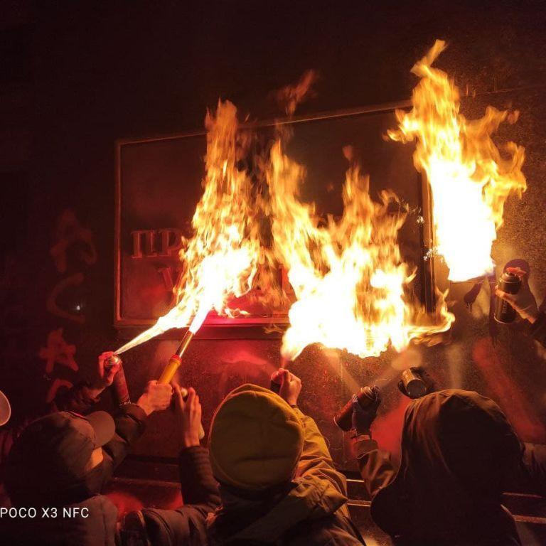 Все в красном дыму: во время протеста в поддержку Стерненко подожгли табличку Офиса президента (видео)