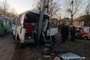 У Коростені автобус влетів у стовп: водію стало зле за кермом