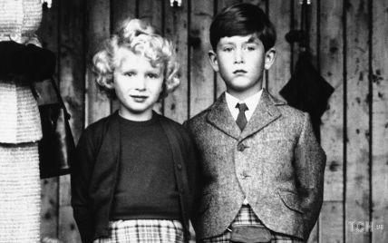 Цього дня 66 років тому: маленькі принц Чарльз і принцеса Анна на спортивному заході в Шотландії