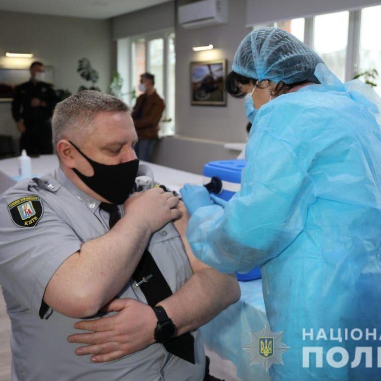 Столичні поліцейські почали отримувати другу дозу вакцини проти COVID-19