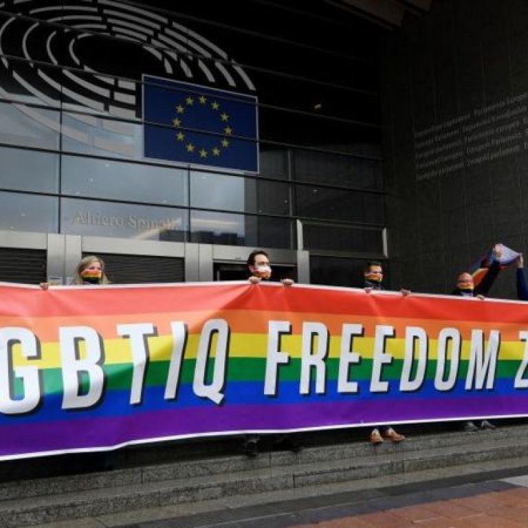 В Польше хотят запретить геям и лесбиянкам усыновлять детей