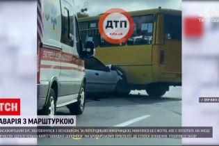 Новости Украины: в Киеве маршрутка не разминулась с легковушкой - есть пострадавшие