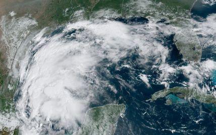 """Шторм """"Ніколас"""" вирує у Техасі: без світла залишились понад 400 тисяч домівок"""