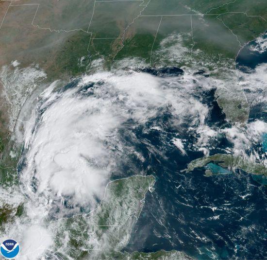 """Шторм """"Николас"""" обрушился на Техас: без света остались более 400 тысяч домов"""