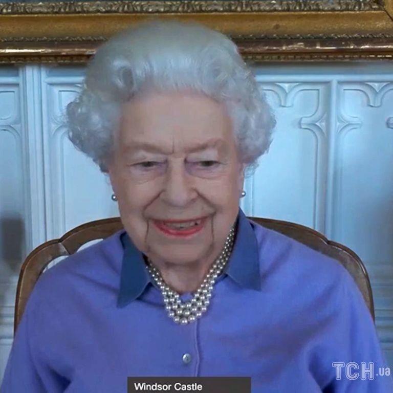 В яркой блузке и кардигане: королева Елизавета II вышла на связь из Виндзора
