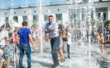 """Появилось видео, как радостный Кличко """"плещется"""" в фонтане на Почтовой площади"""