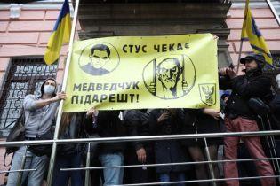 Под Печерским судом, где избирают меру пресечения Медведчуку, произошло столкновение