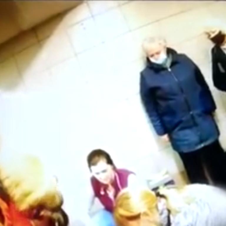 Рожала на глазах у прохожих: появилось видео экстремальных родов в метро в Киеве