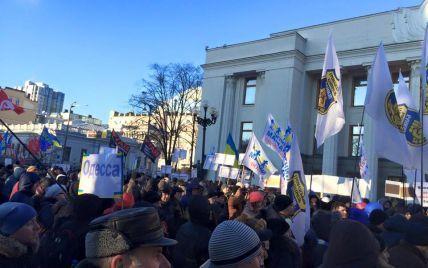 Активісти намагалися прорватися в Раду: сталася бійка