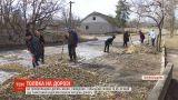 На Тернопільщині до ремонту дороги стали жінки, священик, сільський голова і дід з кобилою