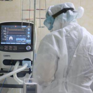 """""""Виснажені хворі знімають з себе маску з киснем, щоб померти"""": лікарка розповіла про важкий перебіг коронавірусу"""